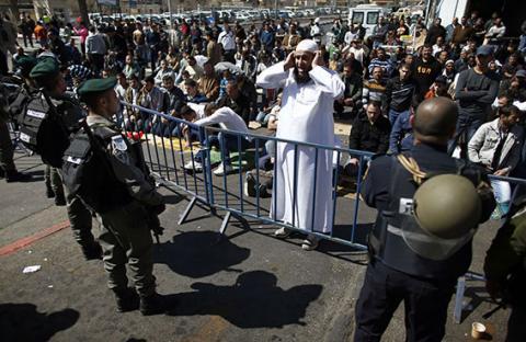 الاحتلال يعيق وصول المصلين للمسجد الأقصى