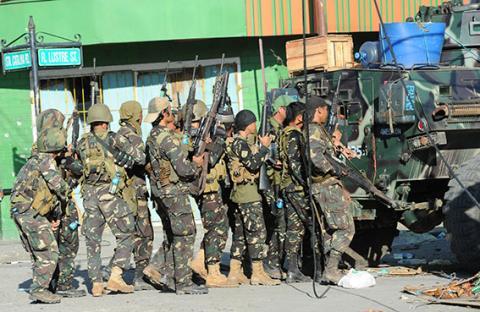 احتدام القتال بين القوات الفلبينية والمتمردين
