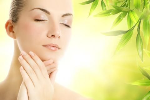 الغذاء والأعشاب الطبيعية خير علاج للجلد