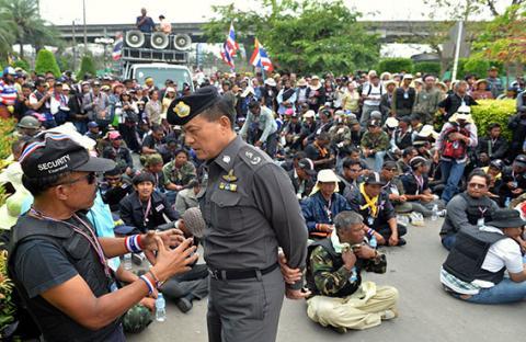 انصار الحكومة التايلاندية يتوعدون المحتجين