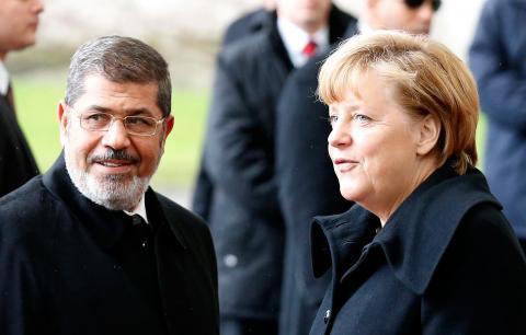 مرسي يختصر جولة أوروبية بسبب الاحتجاجات .. تصاعد القلق بعد تحذير الجيش المصري من انهيار الدولة