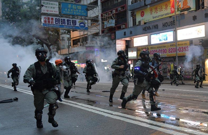 الشرطة تفرق آلاف المتظاهرين في هونغ كونغ