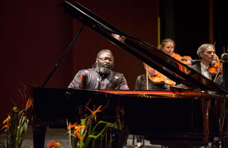 عازف البيانو العالمي أواداجين برات يحيي أولى حفلاته بالإمارات في جامعة نيويورك أبوظبي
