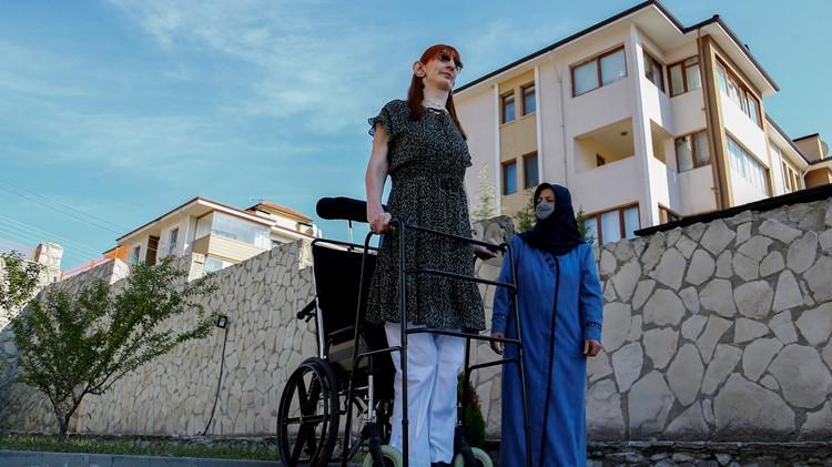 تعرف على أطول امرأة في العالم