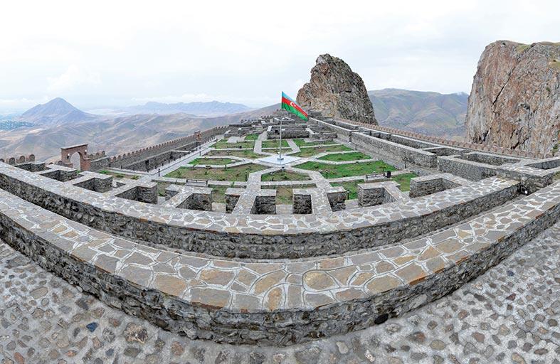 قلعة الينجه في نخشوان تقف شاهدا على الملاحم البطولية لأبناء الشعب الأذربيجاني