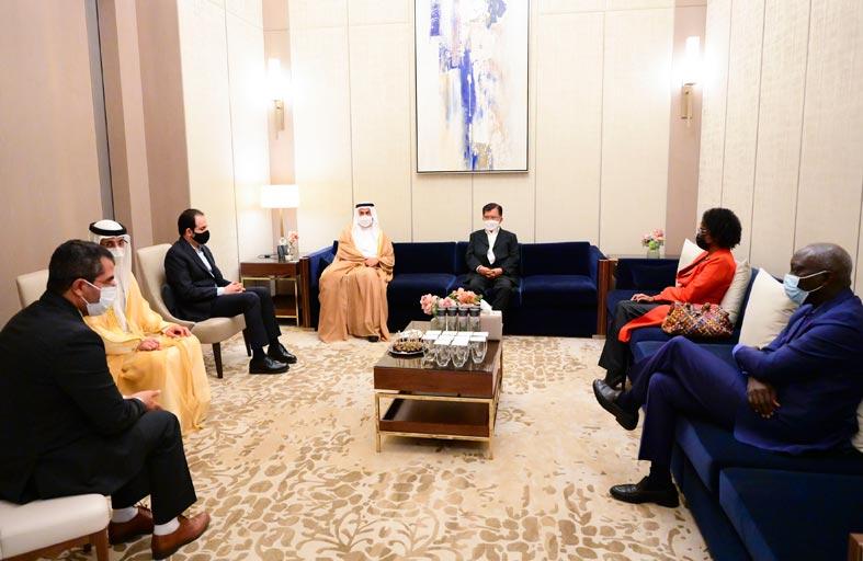 صقر غباش يلتقي أعضاء لجنة تحكيم جائزة زايد للأخوّة الإنسانية