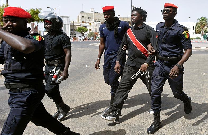 الشرطة السنغالية تعتقل محتجين على صفقة غاز