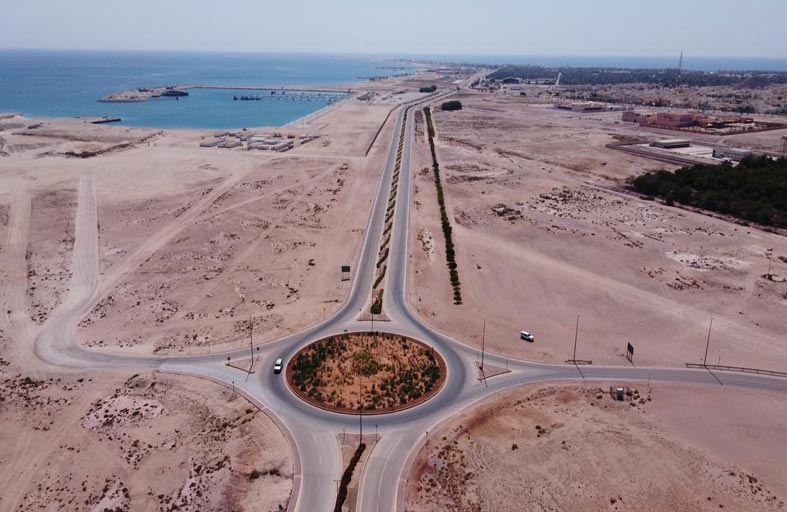 بلدية الظفرة تنفذ مشروعاً لتطوير طريق المطار في جزيرة دلما