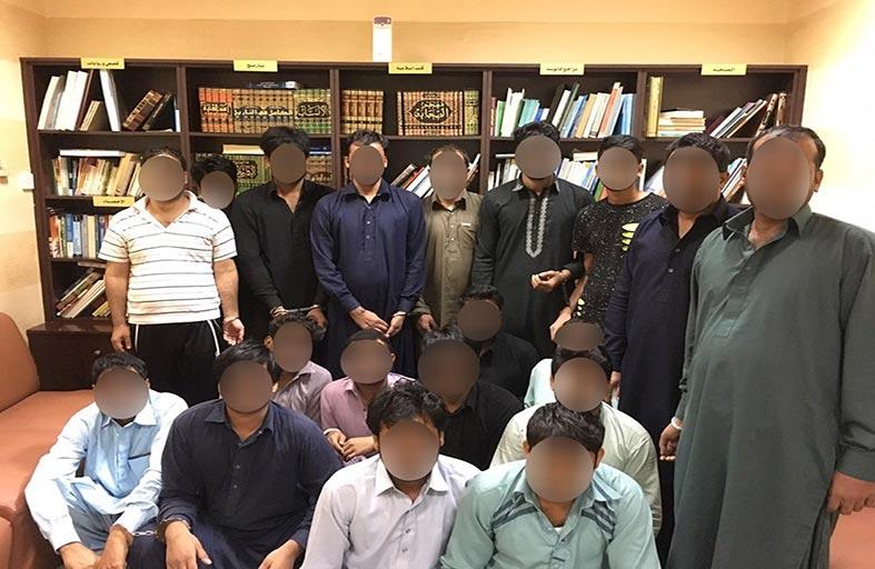 شرطة عجمان تقبض على عصابة من 19 شخصاً يحتالون بالجوائز الوهمية