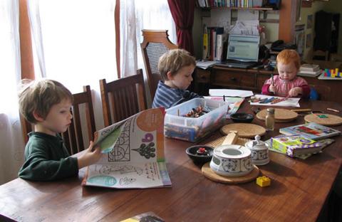 أطفال مرحلة ما قبل المدرسة يقلدون أمهاتهم فيما يتعلق بالنظام الغذائى