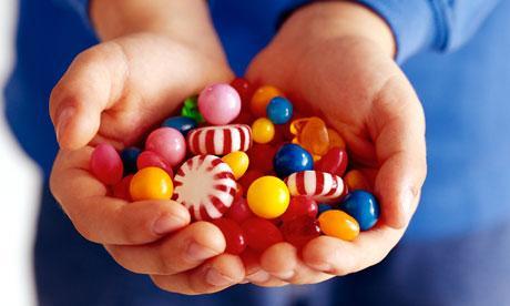 دراسة تنصح الاباء بوضع ضوابط لتناول الاطفال الحلوى