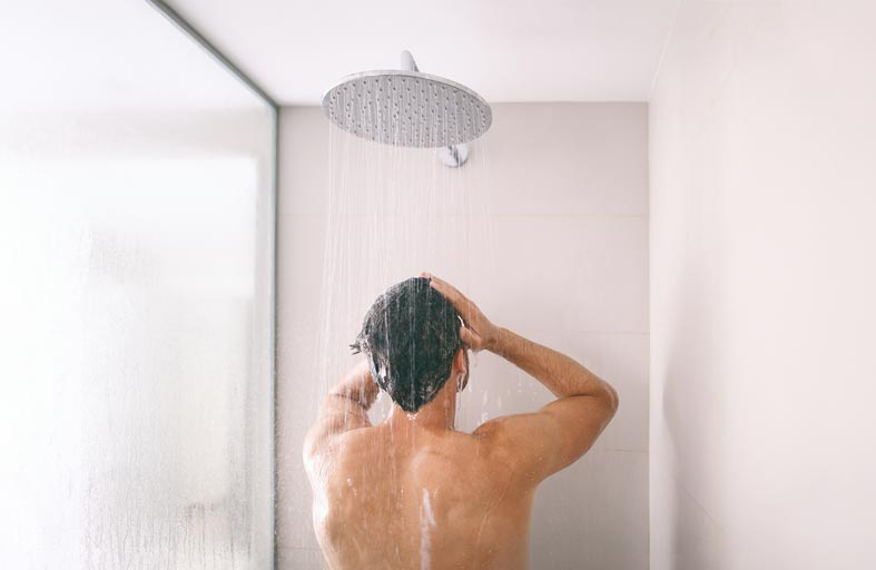 طبيب يكشف مخاطر الاستحمام بشكل يومي