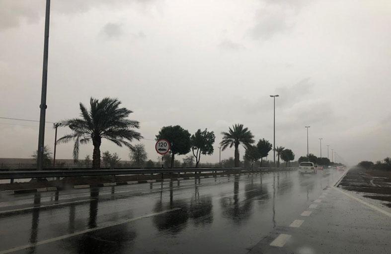 شرطة أبوظبي تحث قائدي المركبات على القيادة  الآمنة خلال التقلبات الجوية