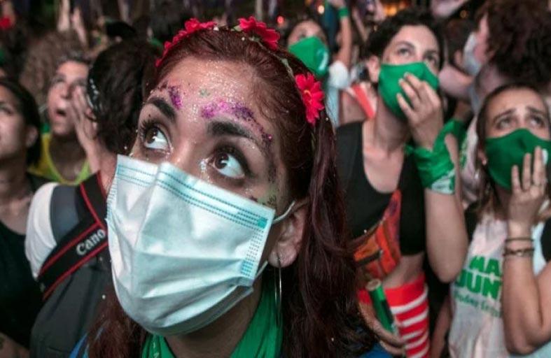 الأرجنتين تقر قانوناً يشرّع الإجهاض