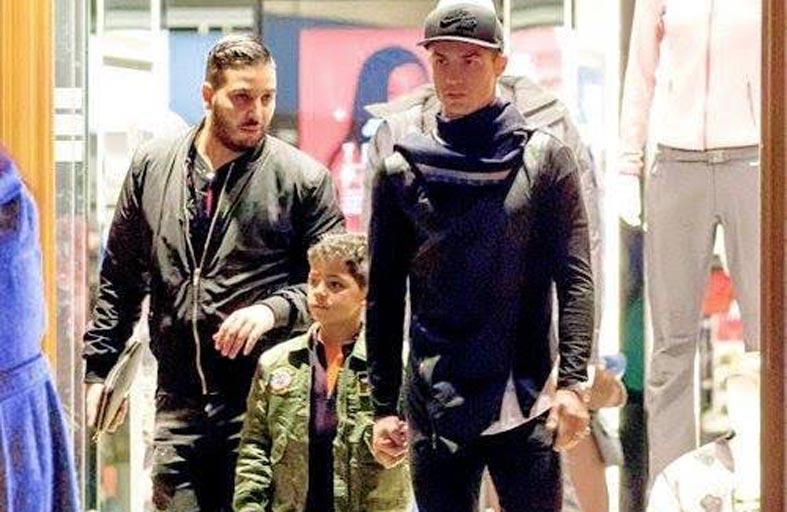 رونالدو يتجول برفقة عائلته في شوارع البرتغال