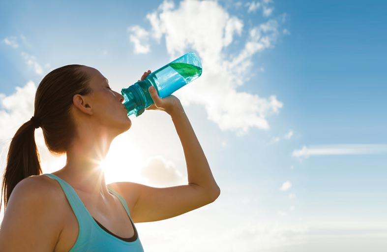 ما كمية الماء التي يحتاجها الجسم في الطقس الحار؟