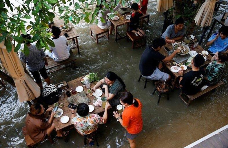 فيضان يحول مطعما إلى مقصد سياحي