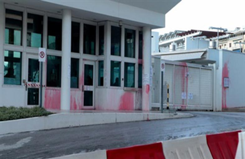 استهداف منزل السفير الأميركي في اليونان بالطلاء