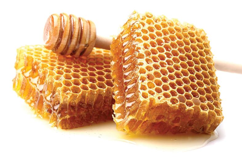 خلطة بسيطة من شمع العسل لترطيب يديك المشقّقتين