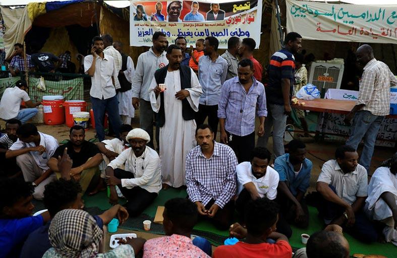المحتجون يتناولون إفطارهم في اعتصام الخرطوم