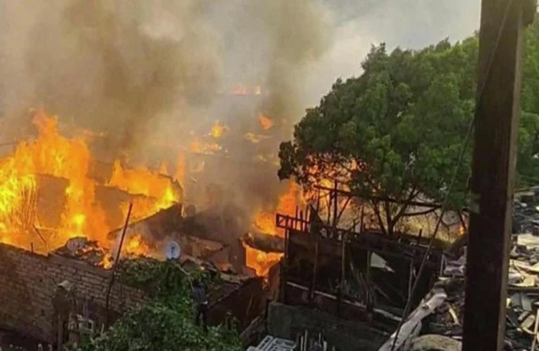 حريق هائل في 12 محلا لبيع الأخشاب