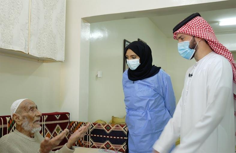 اجتماعية الشــارقة تواصل حملتها للتطعيم المنزلي لكبار المواطنين وذويهم