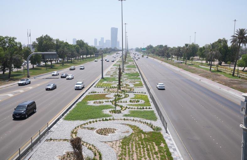 بلدية مدينة أبوظبي تنفذ أعمال التجميل الطبيعي للجزيرة الوسطية في شارع الخليج العربي
