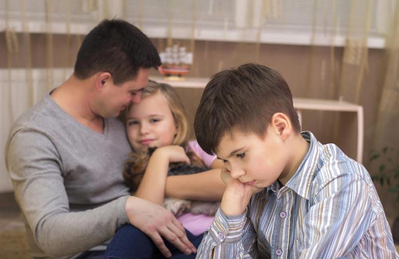 7 علامات تدل على أن طفلك يغار من المولود الجديد