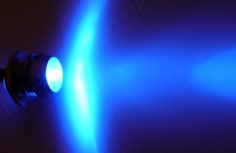 الضوء الأزرق يساعد على التركيز