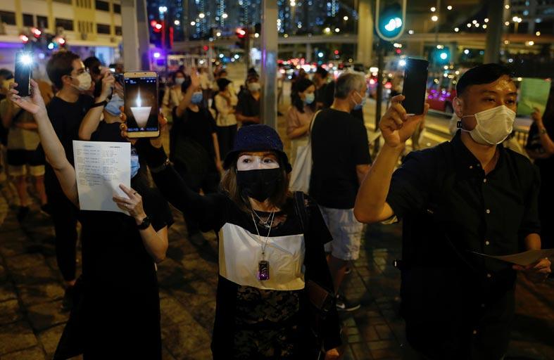 جونسون يلوح بمنح جوازات لسكان هونغ كونغ