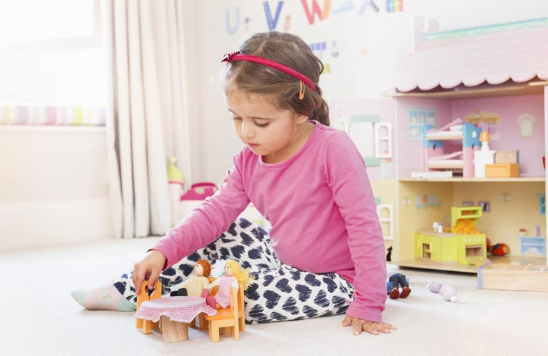 حديث الأطفال مع ألعابهم.. لعبة تخيل لا تخلوا من الفرح