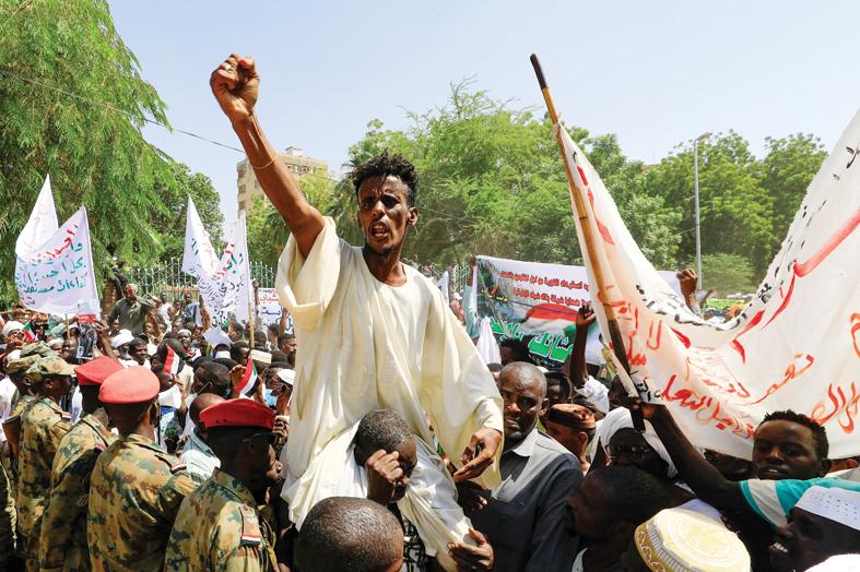 مئات السودانيين يعتصمون لليوم الثاني للمطالبة بسلطة عسكرية