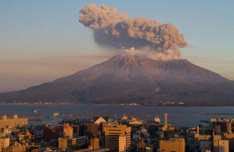 اليابان ترفع مستوى التحذير من بركان