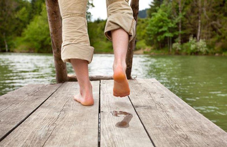 ما فائدة المشي حافي القدمين؟