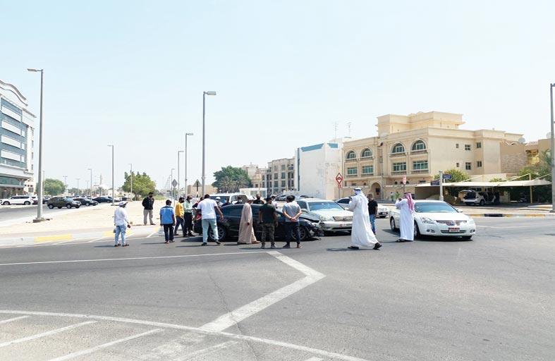 شرطة أبوظبي تحذر من خطورة التجمهر بمواقع الحوادث