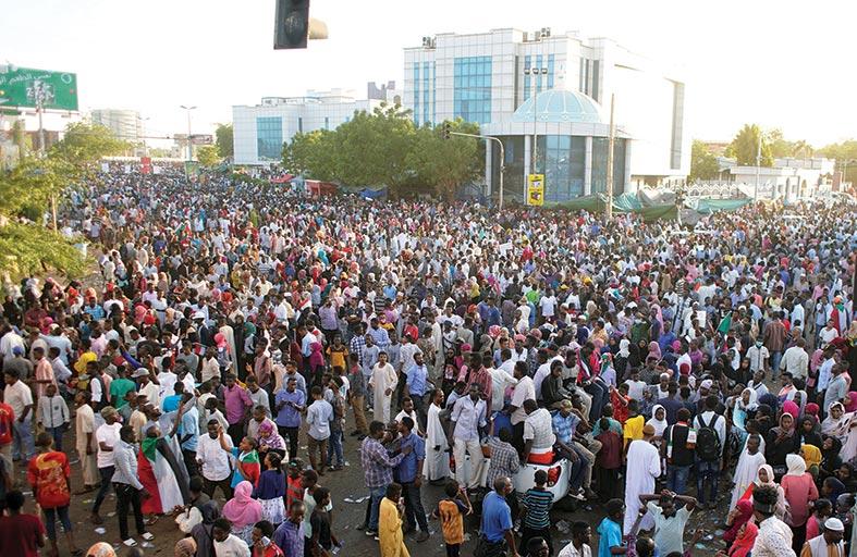 تجمع المهنيين يطالب بنقل السلطة «فورا» إلى حكومة مدنية