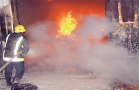 السيطرة على حريق في بنايتين تجاريتين بـصناعية العين