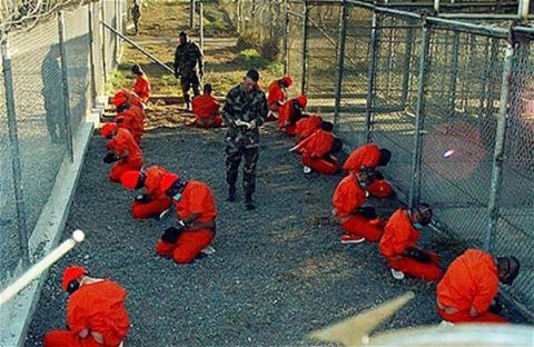 قاض أمريكي يرفض تفتيش سجناء جوانتانامو