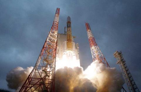 اليابان تطلق صاروخاً للفضاء