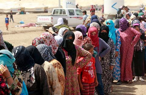 آلاف اللاجئين السوريين عالقون على حدود الأردن