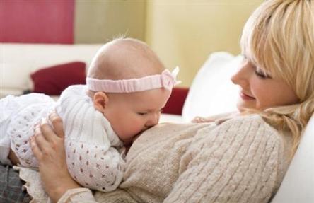 الرضاعة الطبيعية مهمة للطفل والأم