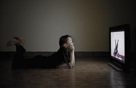 مشاهدة الطفل للتلفاز 3 ساعات يومياً يعرضة للتنمر