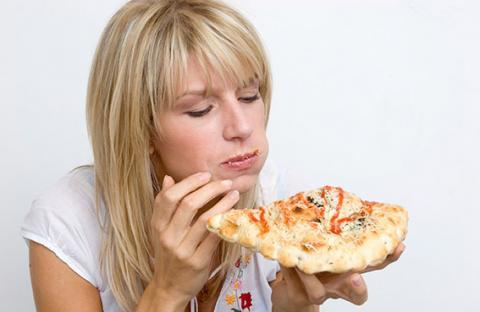 التركيز أثناء تناول الطعام يسهل الهضم