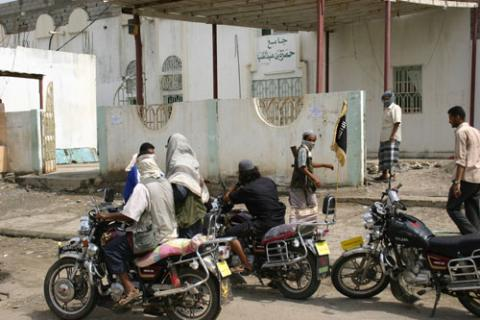 40 عسكرياً يمنياً قتلوا بهجمات بالدراجات النارية