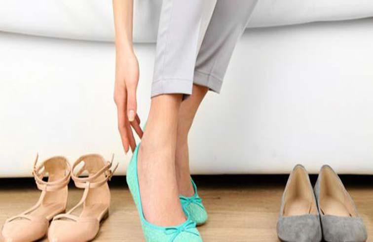 ارتداء الأحذية داخل المنزل يهدد صحتك؟