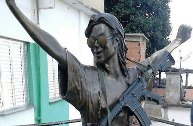 مايكل جاكسون يحمل سلاحاً رشاشاً
