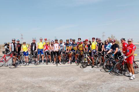 سائق الدراجات الدولي البرتو كونتادور جنباً إلى جنب مع دراجين محليين هواة