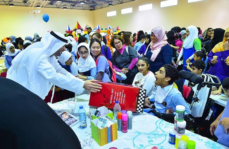 أبوظبي للإسكان تقدم حقائب مدرسية لطلاب من  مركز أبوظبي لرعاية وتأهيل ذوي الاحتياجات الخاصة