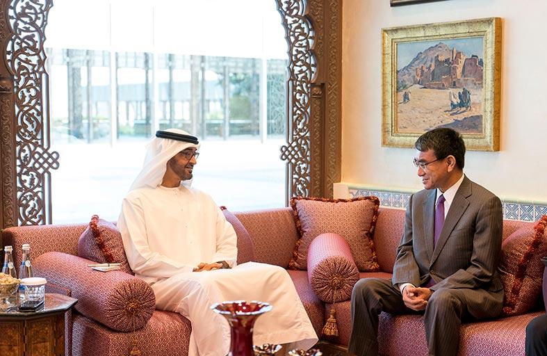 محمد بن زايد يبحث مع وزير الخارجية الياباني علاقات التعاون وعددا من القضايا الإقليمية والدولية