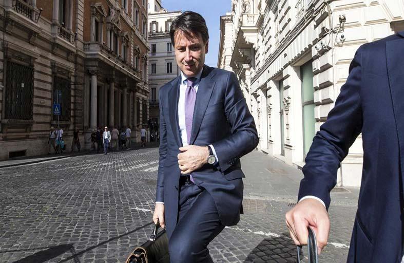 أغلبية ساحقة من الإيطاليين تدعم ماتيو سالفيني...!
